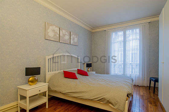 Bedroom of 19m² with wooden floor