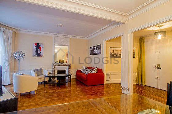 Grand salon de 33m² avec du parquet au sol