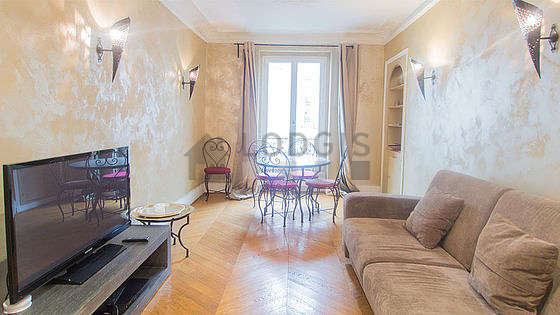 Great, quiet and bright sitting room of an apartment in Paris