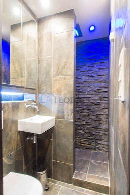 Agréable salle de bain claire avec de l' ardoise au sol
