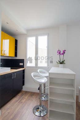 Magnifique cuisine de 4m²ouverte sur le séjour avec du parquet au sol