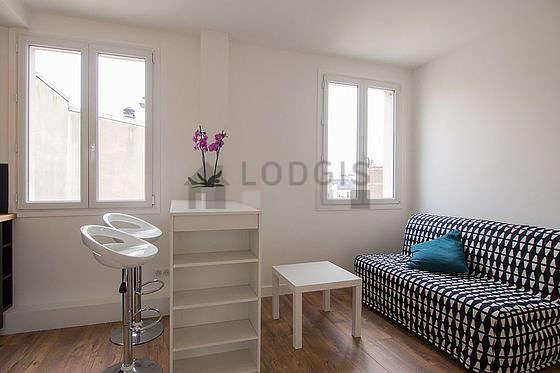Séjour très calme équipé de 1 canapé(s) lit(s) de 160cm, table basse, armoire