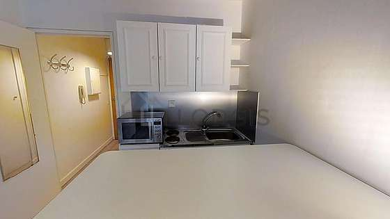 Belle cuisine de 2m²ouverte sur le séjour avec du parquet au sol