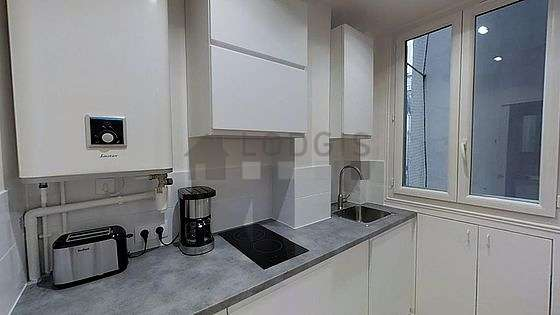 Belle cuisine de 3m²ouverte sur le séjour avec du parquet au sol