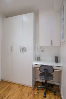 Very beautiful entrance with its wooden floor and equipped with 1 chair(s)