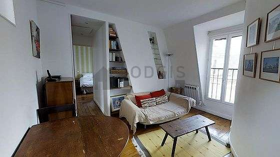 Séjour calme équipé de 1 canapé(s) lit(s) de 120cm, chaine hifi, commode, 2 chaise(s)