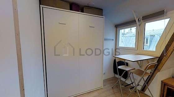 Séjour calme équipé de 1 lit(s) armoire de 120cm, téléviseur, penderie, 2 chaise(s)