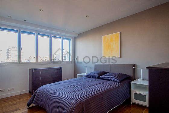 Chambre très lumineuse équipée de commode, placard, table de chevet