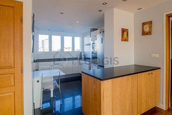 Magnifique cuisine de 8m²ouverte sur la buanderie avec du carrelage au sol