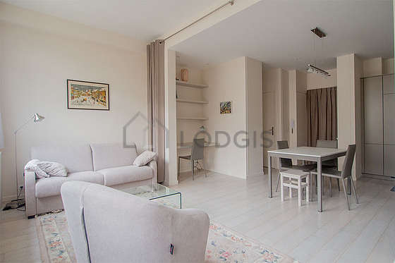 Large living room of 32m² with its wooden floor