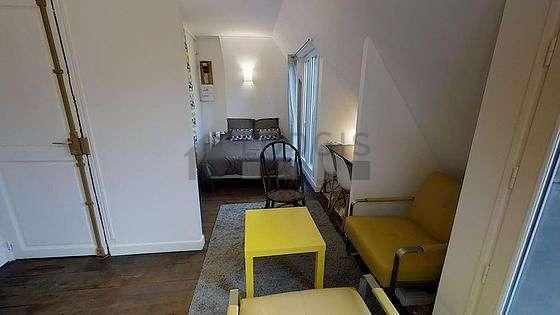 Séjour calme équipé de 1 lit(s) de 140cm, téléviseur, 2 fauteuil(s), 3 chaise(s)