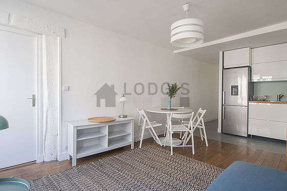 Large living room of 20m² with wooden floor