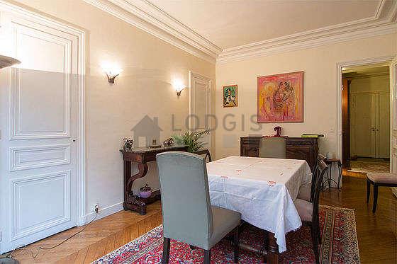 Belle salle à manger avec du parquet au sol pouvant accueillir jusqu'à 10 convives