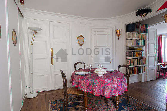 Beautiful entrance with wooden floor and equipped with 3 chair(s)
