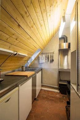 Belle cuisine de 4m² avec des tomettes au sol