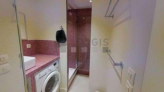 Agréable salle de bain avec du linoleum au sol