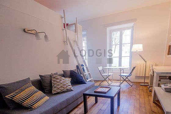 Séjour très calme équipé de téléviseur, placard, 3 chaise(s)
