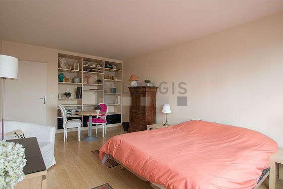Bedroom of 19m² with wooden floor