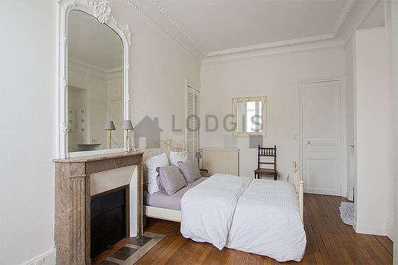 Bedroom of 15m² with wooden floor
