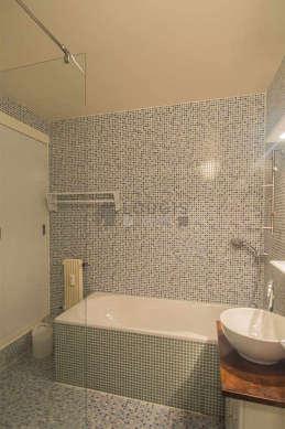 Salle de bain équipée de baignoire, douche séparée