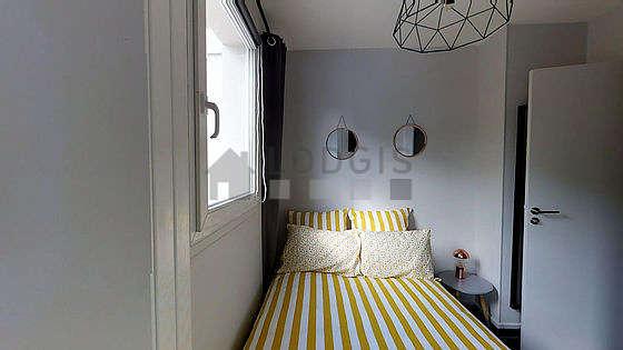 Chambre de 9m² avec du carrelage au sol