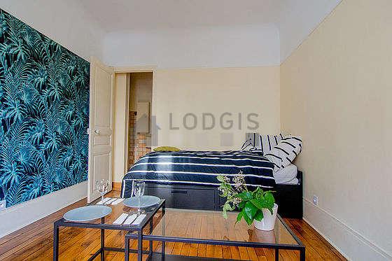 Salon de 13m² avec du parquet au sol