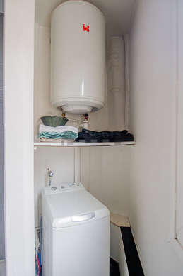 Salle de bain équipée de lave linge, douche séparée, sèche cheveux