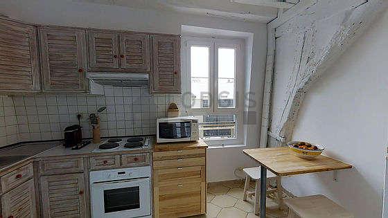 Belle cuisine de 10m² avec du carrelage au sol