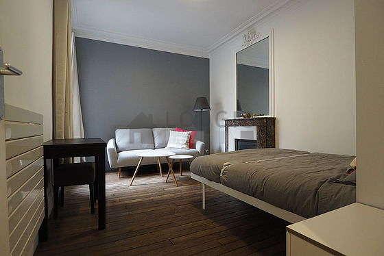 Séjour très calme équipé de 1 lit(s) armoire de 140cm, canapé, table basse
