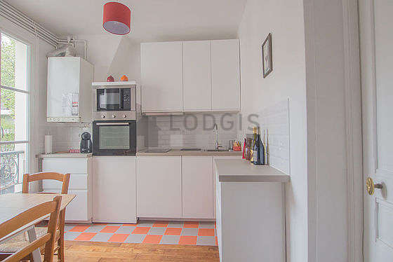 Kitchen of 11m² with tile floor