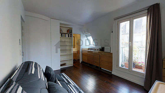 Living room of 14m² with its wooden floor