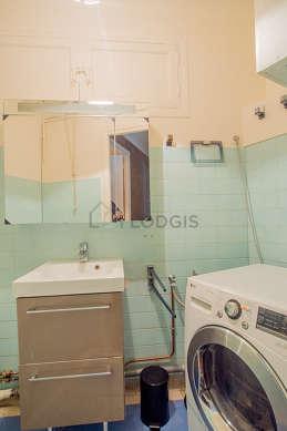 Salle de bain équipée de sèche linge, placard