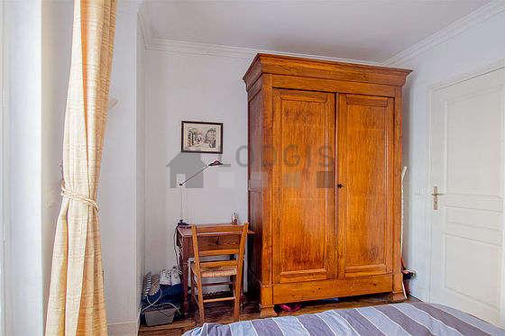 Chambre très lumineuse équipée de bureau, penderie, 1 chaise(s)