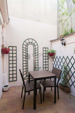 Terrasse calme et très lumineuse avec du dallage au sol
