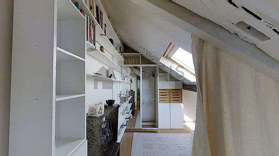 Beau bureau avec du coco au sol, équipé de bureau, penderie, etagère, armoire