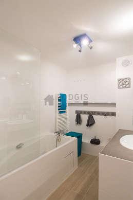 Agréable salle de bain claire avec du carrelage au sol