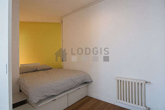 Very quiet alcove equipped with 1 bed(s) of 140cm, wardrobe, shelves