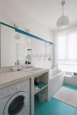 Agréable salle de bain très claire