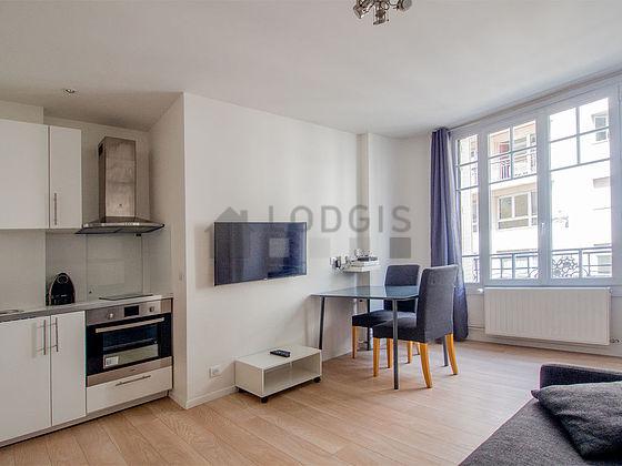 Location studio avec ascenseur et concierge paris 18 rue for Location paris 18