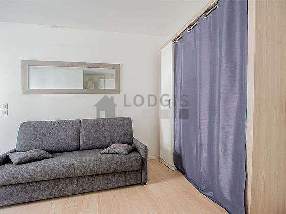 Grand salon de 37m² avec du parquet au sol