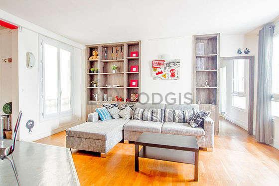 Séjour très calme équipé de 1 canapé(s) lit(s) de 140cm, téléviseur, commode, 6 chaise(s)