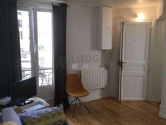 Salon lumineux équipé de 3 chaise(s)