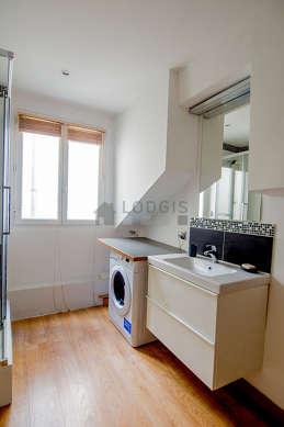 Agréable salle de bain très claire avec du parquet au sol