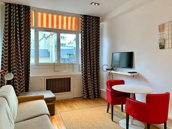 Séjour calme équipé de 1 futon(s) de 80cm, 1 canapé(s) lit(s) de 140cm, téléviseur, 3 fauteuil(s)
