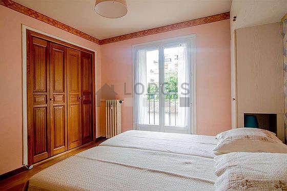 Chambre très lumineuse équipée de penderie, placard, 1 chaise(s)