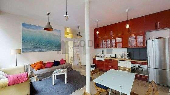 Salon avec du béton au sol