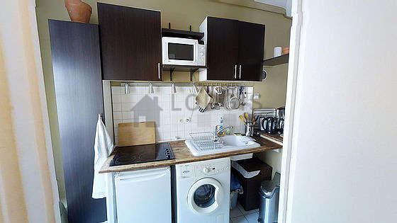 Belle cuisine de 1m²ouverte sur le séjour avec du carrelage au sol