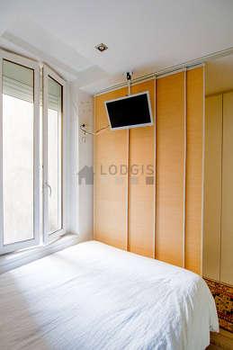 Alcôve très calme et très claire équipée de 1 lit(s) de 140cm, téléviseur