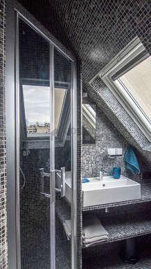 Agréable salle de bain claire avec fenêtres double vitrage