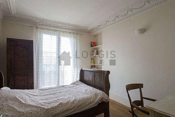 Chambre lumineuse équipée de bureau, armoire, 1 chaise(s)